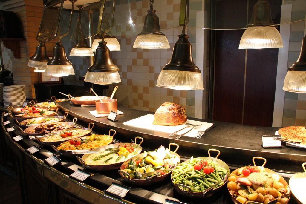 Buffet du Disneyland Hotel : le restaurant Inventions
