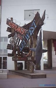 Enseigne de la discothèque Hurricanes et du restaurant Key West Seafood ©Designing Disney