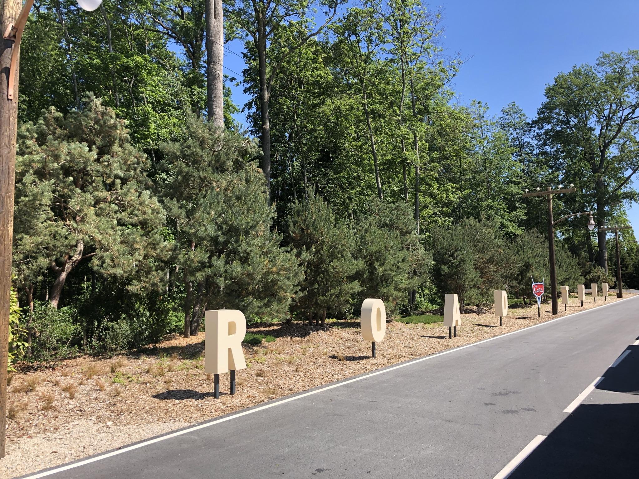 """ntage aux éléments de décor, qui rend très bien avec la storyline. Le long des Trams, les visiteurs pourront apercevoir les lettres """"Road Trip"""", qui rappellent les lettres """"California"""" de l'entrée de Disney California Adventure, aux Etats-Unis."""
